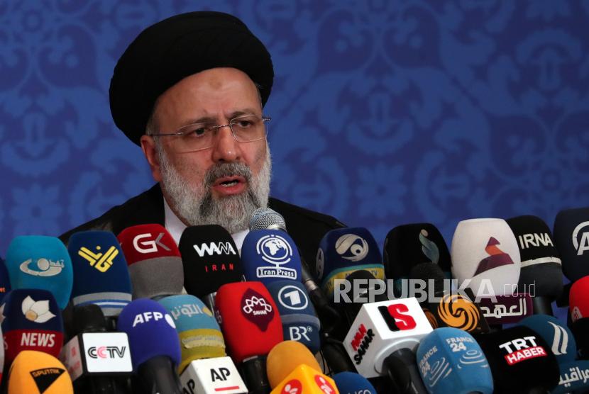 Presiden terpilih Iran Ebrahim Raisi berbicara selama konferensi pers pertamanya setelah memenangkan pemilihan presiden, di Teheran, Iran, 21 Juni 2021. Raisi mengatakan bahwa pemerintahnya akan mengikuti negosiasi nuklir dengan kekuatan dunia tetapi tidak untuk waktu yang lama, menambahkan bahwa AS harus mencabut sanksi dan kembali ke kesepakatan JCPOA.