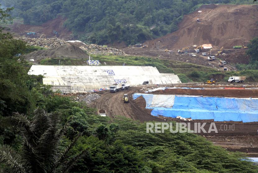 Sejumlah alat berat beroperasi di pembangunan Bendungan Ciawi dan Sukamahi, Cipayung, Megamendung, Kabupaten Bogor, Jawa Barat, Jumat (2/4/2021). Kementerian PUPR berharap pembangunan 13 bendungan diantaranya Bendungan Margatiga, Bendungan Kuningan, Bendungan Ciawi dan Sukamahi dapat selesai tahun ini untuk meningkatkan kapasitas tampung air.