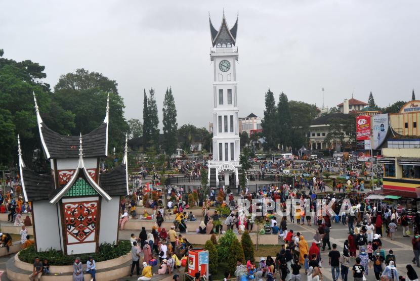 Pengunjung memadati kawasan Jam Gadang Bukittinggi, Sumatera Barat (ilustrasi).