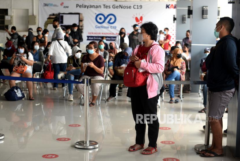 Calon penumpang kereta api jarak jauh antre menunggu hasil tes Covid-19 dengan GeNose C19 di Stasiun Yogyakarta, Ahad (4/4). Permintaan tes Covid-19 dengan GeNose C19 melonjak di Stasiun Yogyakarta.ilustrasi