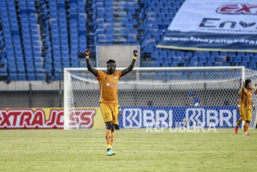 Penyerang Bhayangkara FC Ezechiel Ndouasel merayakan kemenangan usai pertandingan lanjutan BRI Liga 1-2021/2022 di Stadion Si Jalak Harupat, Kabupaten Bandung, Sabtu (18/9). Dalam pertandingan tersebut Bhayangkara FC mengalahkan Madura United dengan Skor 1-0. Foto: Republika/Abdan Syakura