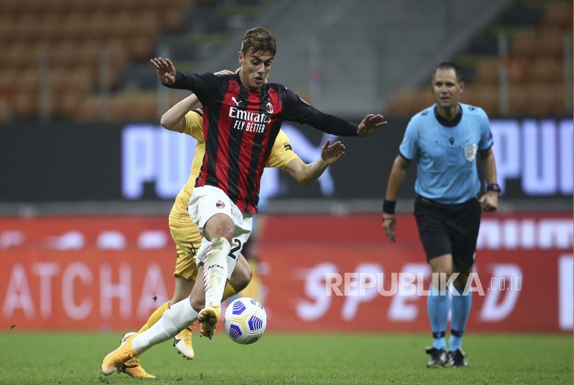 Pemain AC Milan Daniel Maldini berusaha mempertahankan bola pada Pertandingan kualifikasi putaran ketiga Liga Eropa antara AC Milan dan Bodo/Glimt di Stadion San Siro, Milan, Italia, Kamis (24/9). AC Milan harus bersusah payah untuk menaklukkan Bodo/Glimt pada laga ini, Milan menang tipis atas wakil Norwegia itu dengan skor 3-2. Selain itu Pada laga tersebut, Milan sepertinya sangat kehilangan sosok Zlatan Ibrahimovic yang selama ini menjadi motor serangan. Ibrahimovic harus absen pada laga ini setelah dinyatakan positif terjangkit virus Corona.Spada / LaPresse via APGaleri Foto