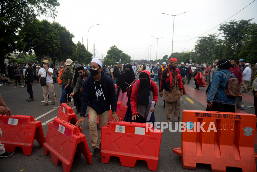 Massa aksi dari pendukung Habib Rizieq Shihab (HRS) memblokade Jalan I Gusti Ngurah Rai menuju Pengadilan Negeri Jakarta Timur, Jakarta, Kamis (24/6). Aksi massa tersebut dalam rangka mengawal sidang pembacaan vonis terhadap Habib Rizieq Shihab terkait kasus tes Swab di Rumah Sakit Ummi, Bogor. Republika/Thoudy Badai