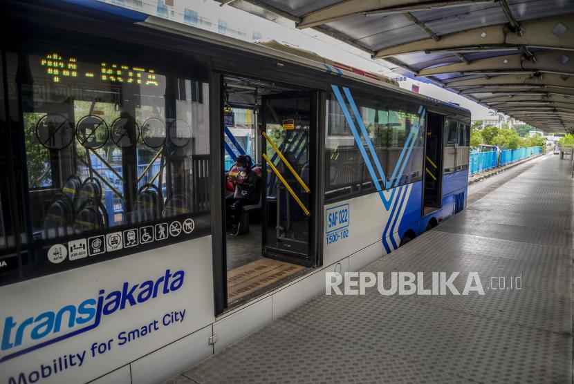 PT Transportasi Jakarta (TransJakarta) mengurangi jumlah armada bus yang dioperasikan, sebagai tindak lanjut perpanjangan Pemberlakuan Pembatasan Kegiatan Masyarakat (PPKM) level 4 di DKI Jakarta. Pengurangan berlaku pada semua layanan, yakni bus rapid transit (BRT), non-BRT, Mikrotrans, dan layanan rumah susun (rusun). (Foto: Bus Transjakarta)