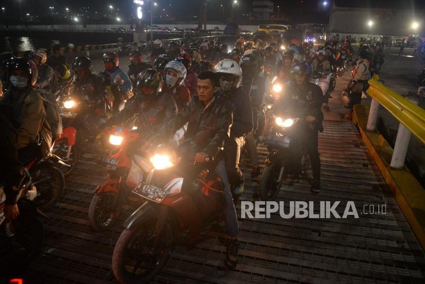 Ribuan pemudik sepeda motor mengantri memasuki kapal di Pelabuhan Merak ,Banten, Rabu (12/6).