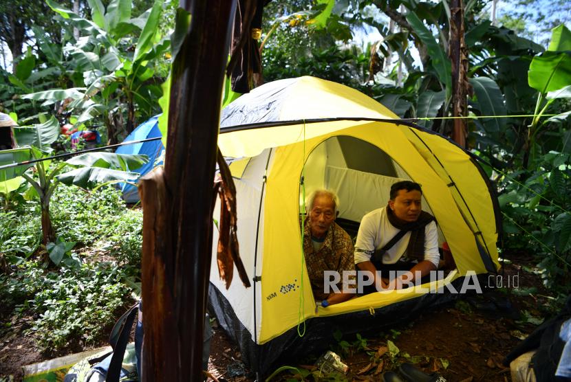 Warga beristirahat di tenda yang dibangun di sekitar rumahnya yang rubuh akibat gempa di Desa Kali Uling, Lumajang, Jawa Timur, Ahad (11/4/2021). Sekitar ratusan rumah warga di wilayah itu rusak akibat gempa bermagnitudo 6,1 SR yang terjadi di Kabupaten Malang pada Sabtu (10/4).