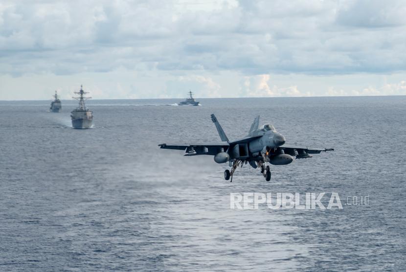 Sebuah Super F-A-18E Super Hornet, melekat pada Dambusters of Strike Fighter Squadron (VFA) 195, mendekati dek penerbangan kapal induk Angkatan Laut USS Ronald Reagan (CVN 76) selama latihan di Laut Cina Selatan, 06 Juli 2020.