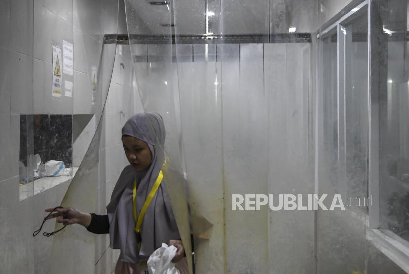 Seorang tenaga kesehatan membersihkan diri usai bertugas merawat pasien di Rumah Sakit Darurat COVID-19 (RSDC) Wisma Atlet Kemayoran, Jakarta. Wakil Gubernur DKI Ahmad Riza Patria mengungkapkan, tingkat keterisian tempat tidur atau bed occupancy rate (BOR) bagi pasien Covid-19 di sejumlah rumah sakit rujukan di Ibu Kota kembali menurun. Ariza menyebut, berdasarkan data per tanggal 1 Agustus 2021, keterisian tempat tidur di ruang ICU sebesar 79 persen.