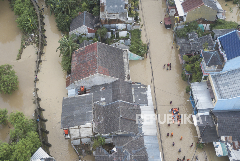 Foto udara banjir di perumahan Pondok Gede Permai, Bekasi, Jawa Barat, Jumat (19/2/2021). Menurut data BPBD Kota Bekas Banjir menggenangi wilayah tersebut pada pukul 12.00 WIB akibat kondisi tanggul kali Bekasi rusak.