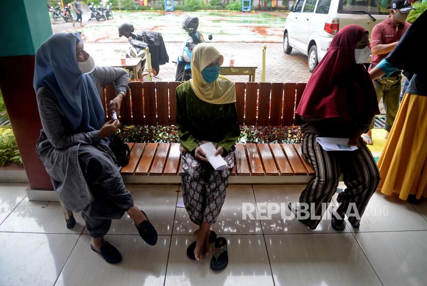 Warga menunggu giliran untuk menerima vaksin covid-19  (ilustrasi)
