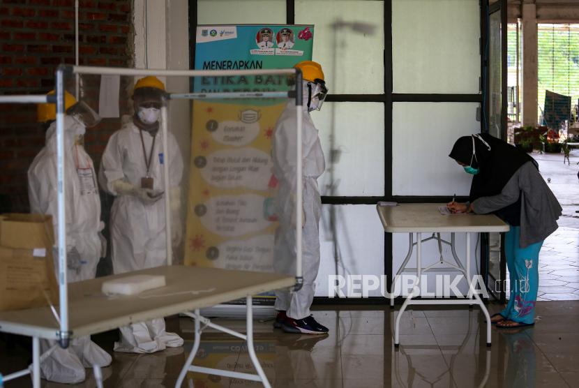 [Ilustrasi] Seorang pasien COVID-19 mengikuti pencoblosan Pilkada Kota Tangerang Selatan.