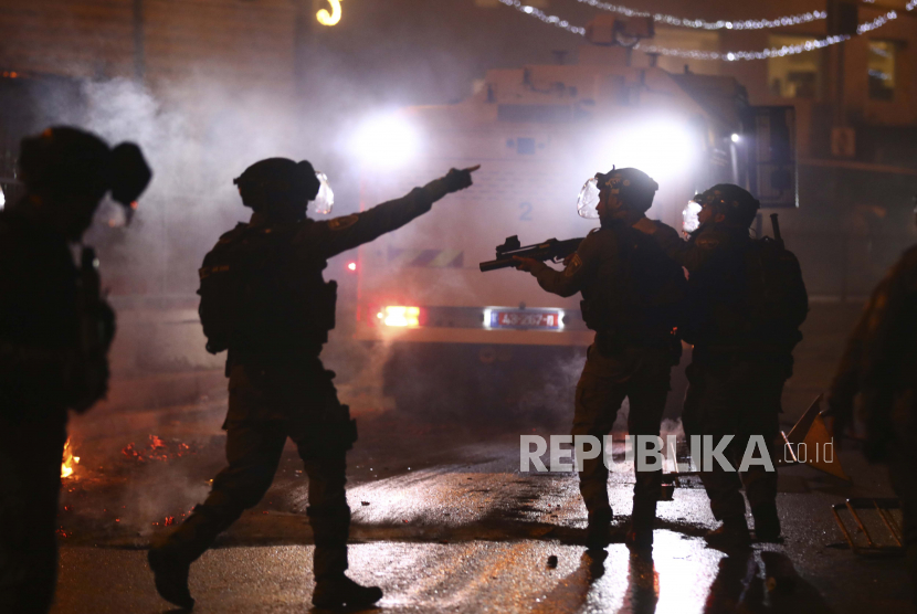 Petugas polisi Israel menembakkan granat kejut ke arah demonstran Palestina selama bentrokan di Gerbang Damaskus di luar Kota Tua Yerusalem, Sabtu, 8 Mei 2021.