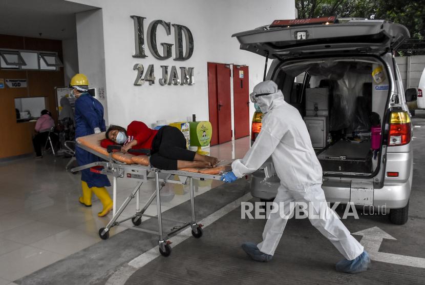 Petugas kesehatan membawa pasien Covid-19 ke ruang Instalasi Gawat Darurat (IGD) di Rumah Sakit Khusus Ibu dan Anak (RSKIA), Kota Bandung, Rabu (16/6). Kementerian Kesehatan Indonesia menyatakan masyarakat Indonesia harus lebih taat protokol kesehatan Covid-19 serta mengimbau pemerintah untuk terus memperketat penerapan Pemberlakuan Pembatasan Kegiatan Masyarakat (PPKM), karena hingga saat ini telah terdata 145 kasus mutasi virus SARS-CoV-2 yang tergolong variant of concern (VOC) yang ditemukan di 12 provinsi di Indonesia. Foto: Republika/Abdan Syakura
