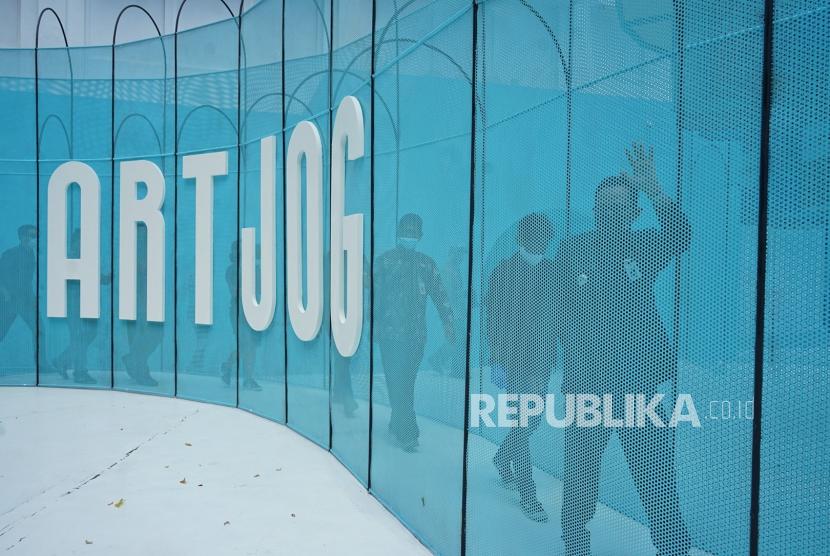 Wakil Walikota Yogyakarta Heroe Poerwadi (kanan) memasuki area pameran seni Artjog saat Simulasi Penyelenggaraan Protokol Pencegahan dan Pengendalian COVID-19 Bidang Usaha Rekreasi dan Hiburan Yogyakarta di Jogja National Museum (JNM), Yogyakarta, Kamis (27/8/2020). Simulasi dengan protokol kesehatan COVID-19 tersebut menjadi persiapan tatanan normal baru di dunia usaha rekreasi serta hiburan di Yogyakarta.