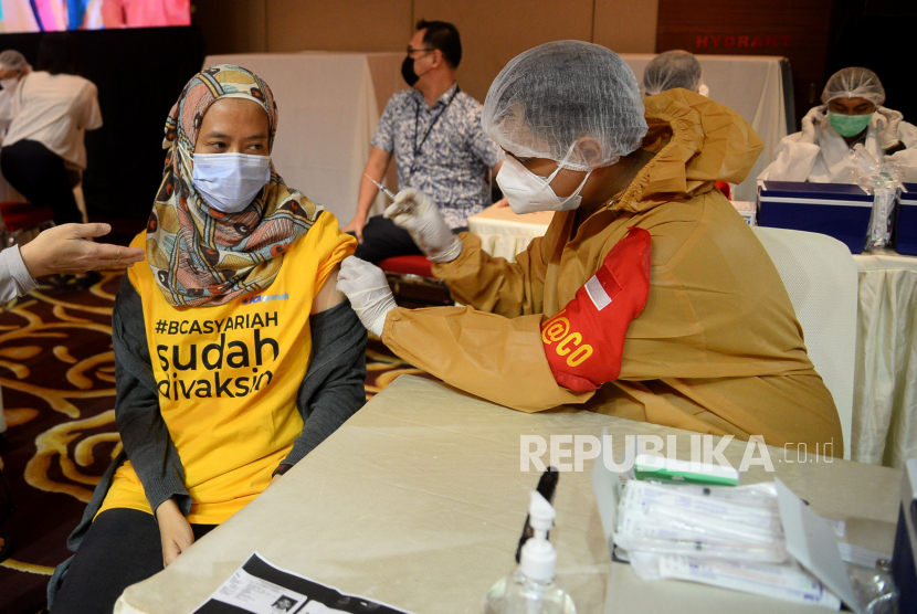 Seorang karyawan BCA Syariah mengikuti vaksinasi Covid-19 di Jakarta, Senin (14/6). Sebanyak 200 karyawan BCA Syariah mengikuti kegiatan Vaksinasi Kampung Tangguh Jaya (KTJ) Polda Metro Jaya. Kegiatan ini merupakan sinergi antara Polda Metro Jaya, BCA dan anak usaha BCA dalam rangka mendukung percepatan pelaksanaan program vaksinasi pemerintah untuk melindung masyarakat dari Covid-19. Prayogi/Republika.