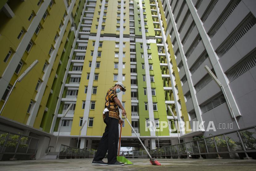 Karyawan menyapu salah satu bagian Rumah Susun (Rusun) Pasar Rumput di Jakarta, Kamis (24/6). Pemerintah menyiapkan Rusun tersebut sebagai alternatif tempat isolasi mandiri bagi pasien Covid-19 kategori Orang Tanpa Gejala (OTG) dengan mengoperasikan 600 unit kamar di lantai empat hingga lantai 25 pada tahap pertama yang rencananya beroperasi dalam sepekan atau 10 hari mendatang.