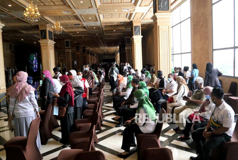 Aparatur sipil negara (ASN) Kabupaten Sleman antre menunggu vaksininasi Covid-19 massal di Sleman City Hall, Yogyakarta, Senin (8/3). Sebanyak 3.500 ASN di Sleman mengikuti vaksininasi Covid-19 tahap kedua. Penyuntikan ini dilakukan selama tiga hari atau hingga Rabu (11/3).