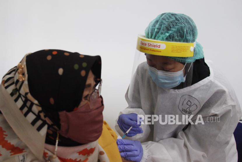 Petugas medis menyuntikkan vaksin Sinovac kepada penerima vaksin Covid-19 lansia di Rumah Sakit Gigi dan Mulut Soelastri, Solo, Jawa Tengah, Selasa (13/4/2021). Angka kasus Covid-19 di Solo dilaporkan kembali naik pada pekan ini. (ilustrasi)