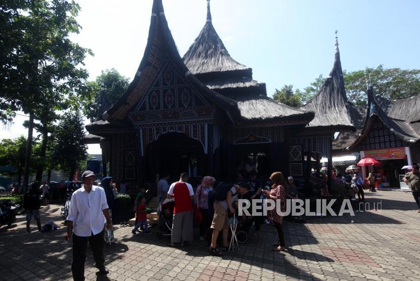 Suasana pengunjung saat liburan di Anjungan Sumatera Barat di Taman Mini Indonesia Indah, Jakarta, Senin (18/6).