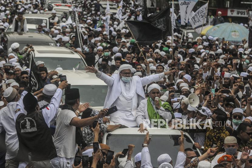 Imam Besar Front Pembela Islam (FPI) Habib Rizieq Shihab menyapa massa saat tiba di kawasan Petamburan, Jakarta, Selasa (10/11). Habib Rizieq Shihab kembali ke tanah air setelah berada di Arab Saudi selama tiga setengah tahun. Republika/Putra M. akbar