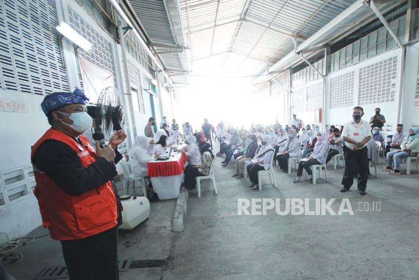 Wakil Wali Kota Bandung Yana Mulyana menyampaikan sambutan saat monitoring Kegiatan Vaksinasi untuk 3.500 karyawan Daese Garment dan warga Kelurahan Kebonwaru bekerjasama dengan Kecamatan Batununggal, Polsek Batununggal dan Puskesmas Ibrahim Adjie di pabrik Daese Garment Jalan Ibrahim Adjie, Kota Bandung, Kamis (29/7). Vaksinasi terus digenjot sebagai upaya mempercepat Herd Immunity dengan harapan dapat memulihkan sektor ekonomi di masa pandemi.