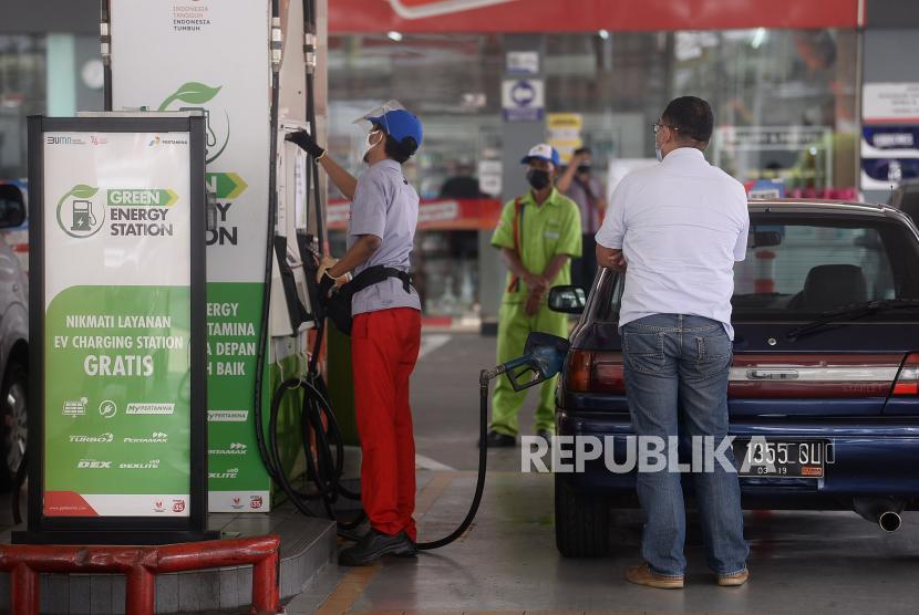 Petugas membatu mengisi bahan bakar minyak (BBM) pada sebuah kendaraan di SPBU Green Energy Station.