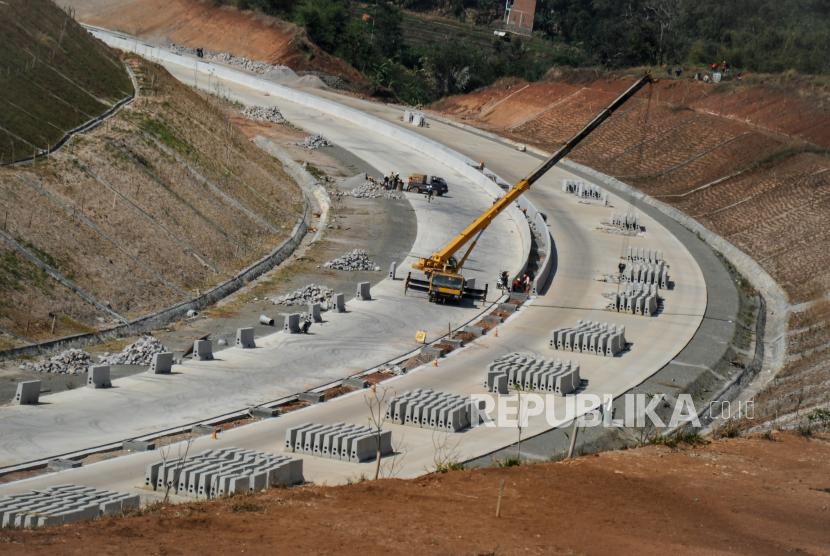 Pekerja mengoperasikan alat berat untuk memasang pembatas jalan pada proyek Jalan Tol Cileunyi-Sumedang-Dawuan (Cisumdawu) di Jatinangor, Kabupateng Sumedang, Jawa Barat (ilustrasi)