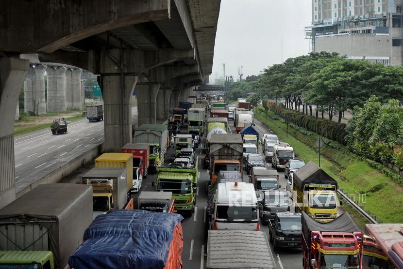 Sejumlah kendaraan terjebak kemacetan di jalan Tol Jakarta Cikampek, Cikarang, Kabupaten Bekasi, Jawa Barat, Kamis (6/5). Kemacetan tersebut merupakan imbas dari penyekatan kendaraan terkait larangan mudik lebaran 2021 yang dimulai dari tanggal 6 hingga 17 Mei 2021 sebagai upaya mengantisipasi risiko peningkatan kasus penularan Covid-19 jelang perayaan Hari Raya Idul Fitri 1442 H. Republika/Thoudy Badai