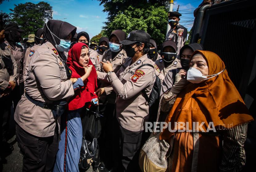 Petugas Kepolisian membubarkan massa pendukung saat berlangsungnya sidang lanjutan kasus pelanggaran protokol kesehatan dengan terdakwa Rizieq Shihab di Pengadilan Negeri (PN) Jakarta Timur, Jakarta, Selasa (23/3/2021). Sidang tersebut beragendakan pembacaan nota keberatan atau eksepsi.