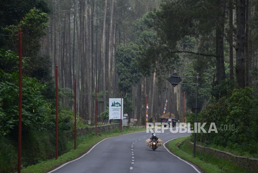 Jalur wisata di Jalan Tangkuban Parahu, Kecamatan Lembang, Kabupaten Bandung Barat (KBB), lengang, Sabtu (8/5). Seluruh tempat wisata di KBB ditutup kembali terhitung mulai 7 hingga 14 Mei 2021. Penutupan objek wisata merupakan buntut kembalinya wilayah KBB ke zona merah atau resiko tinggi penyebaran Covid-19.