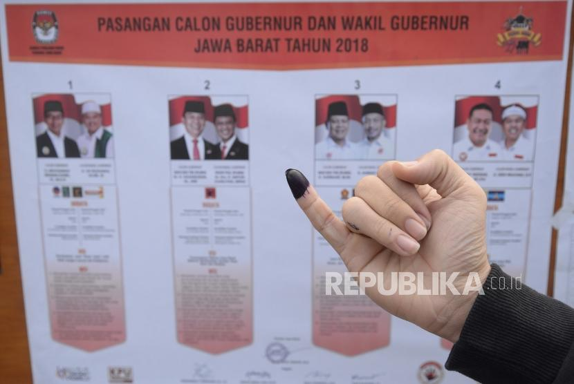 Pilkada Jawa Barat. Warga menggunakan hak pilihnya di Pilkada Jawa Barat, Depok, Rabu (27/5).