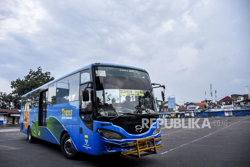 Bus Trans Metro Bandung melintas di area Terminal Cicaheum, Kota Bandung, Jumat (7/5). Selama masa larangan mudik Lebaran pada 6-17 Mei 2021, pelayanan perjalanan bus Antar Kota Antar Provinsi (AKAP) dan Antar Kota Dalam Provinsi (AKDP) di Terminal Cicaheum tidak beroperasi namun angkutan kota, Trans Metro Bandung dan Damri diizinkan beroperasi di wilayah aglomerasi Bandung Raya. Foto: Republika/Abdan Syakura