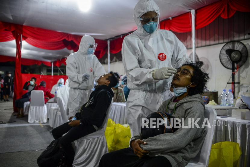 Tenaga kesehatan melakukan tes antigen kepada pemudik yang melintas di Jalan Rengas Bandung, Cikarang, Kabupaten Bekasi, Jawa Barat, Ahad (16/5).