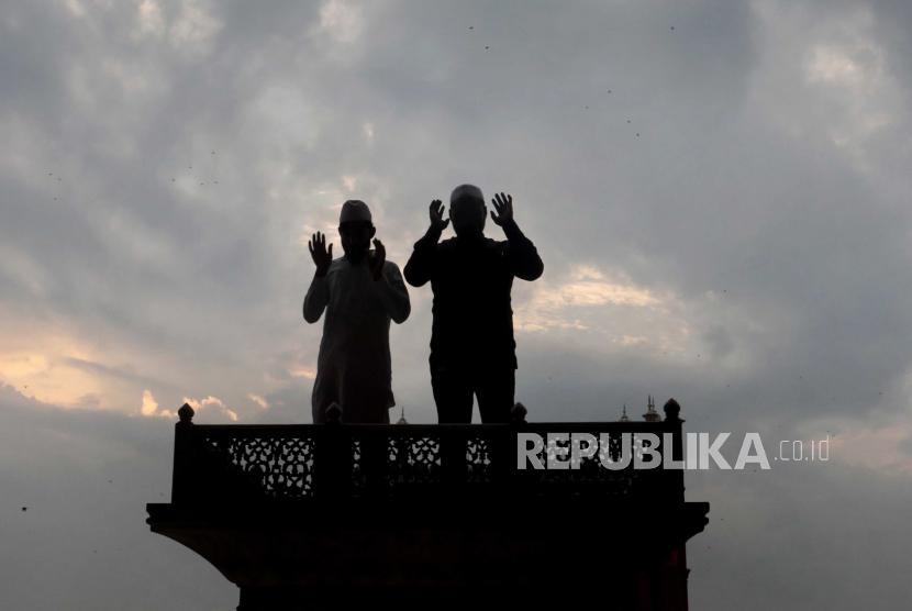 Umat Muslim India melaksanakan salat pada kesempatan Idul Adha di Masjid Jama yang hampir sepi karena tetap ditutup untuk umum karena pembatasan Covid-19 di kawasan Lama Delhi, India, 21 Juli 2021. Kasus Covid-19 di India beberapa hari terakhir mengalami kenaikan. (ilustrasi)