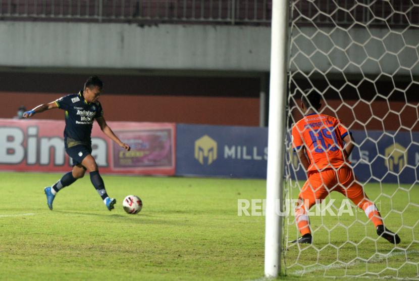 Penyerang Persib Ferdinand Sinaga menembak bola ke gawang Persiraja pada pertandingan lanjutan Piala Menpora 2021 di Stadion Maguwoharjo, Sleman, Yogyakarta, Jumat (2/4). Persib berhasil mengalahkan Persiraja 2-1. Dengan hasil ini Persib memuncaki grup D, melaju ke babak selanjutnya bersama Bali United.