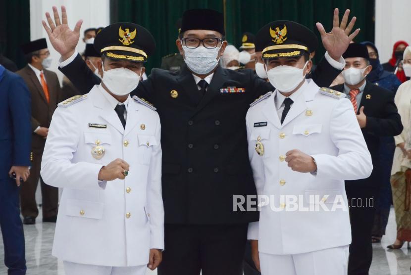 Bupati Bandung Dadang Supriatna dan Wakil Bupati Bandung Sahrul Gunawan berfoto bersama Gubernur Jawa Barat Ridwan Kamil, seusai pelantikannya sebagai pimpinan daerah di Aula Barat Gedung Sate, Kota Bandung, Senin (26/4/2021).