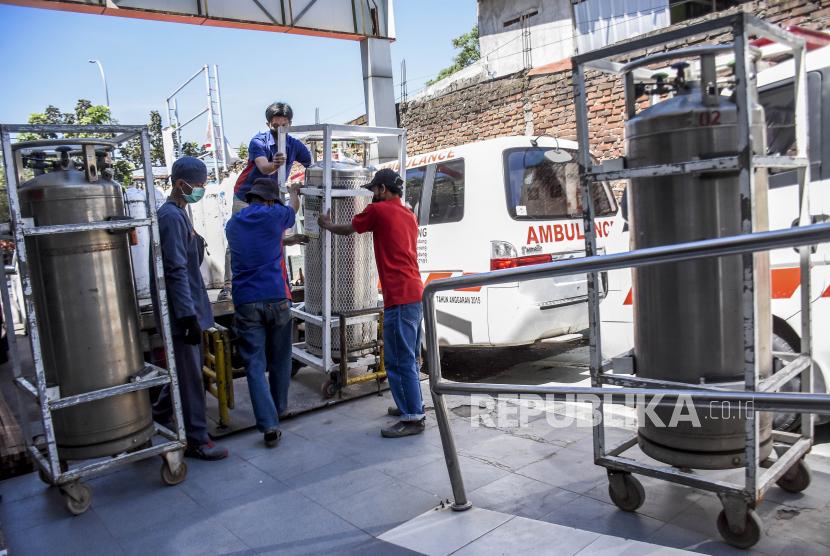 Petugas membawa tabung oksigen cair untuk diisi ulang di ruang Instalasi Gawat Darurat (IGD) Rumah Sakit Umum Daerah (RSUD) Kota Bandung, Jalan Rumah Sakit, Kota Bandung, Selasa (27/7). Berdasarkan data dari Pusat Informasi dan Koordinasi Covid-19 Provinsi Jawa Barat (Pikobar) pada (26/7), tingkat keterisian tempat tidur atau Bed Occupancy Rate (BOR) rumah sakit yang melayani Covid-19 dan tidak melayani Covid-19 mengalami penurunan dengan total keterisian 65,18 persen yang semula pada beberapa waktu mencapai 91,12 persen. Foto: Republika/Abdan Syakura