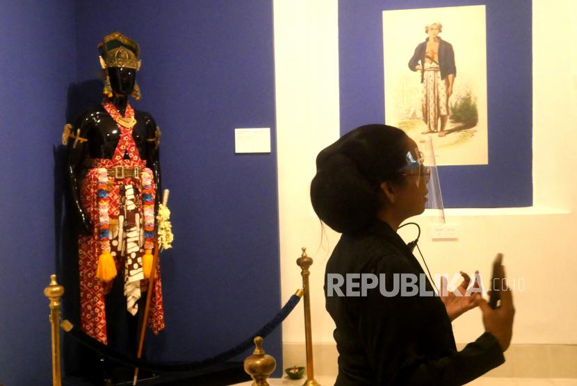 Abdi dalem menjelaskan barang koleksi saat pameran temporer bertajuk Sang Adiwira Sri Sultan Hamengku Buwono II saat pembukaan di komplek plataran kedhaton Keraton Yogyakarta, Kamis (29/10).
