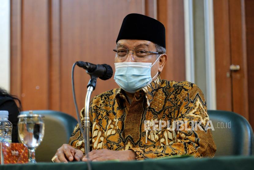 Ketua Umum Pengurus Besar Nahdlatul Ulama (PBNU) Said Aqil Siroj saat menyampaikan konferensi pers di gedung PBNU, Jakarta, Selasa (2/3). PBNU mengapresiasi langkah pemerintah yang mencabut lampiran Peraturan Presiden (Perpres) Nomor 10 Tahun 2021 tentang Bidang Usaha Penanaman Modal yang mengatur soal investasi minuman keras. Republika/Thoudy Badai