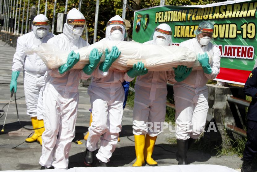 Tim Bidang Kedokteran dan Kesehatan (Biddokkes) Polda Jawa Tengah memberikan pelatihan pemulasaran jenazah pasien COVID-19 kepada relawan di kawasan Stadion Manahan, Solo, Jawa Tengah, Selasa (6/7/2021). Kegiatan tersebut bertujuan memberikan keterampilan pemulasaraan jenazah sesuai dengan protokol kesehatan COVID-19 bagi para relawan.
