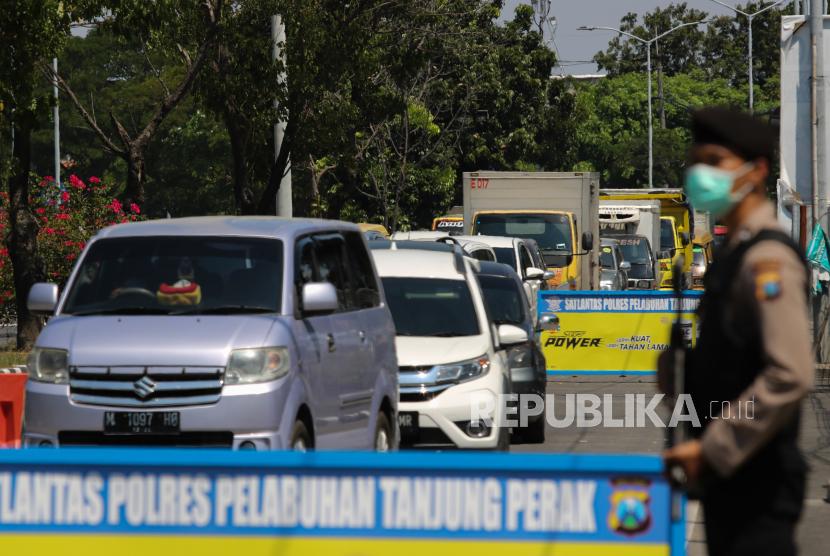 Sejumlah kendaraan yang akan menuju Madura mengantre memasuki pos pemeriksaan di akses masuk Jembatan Suramadu, Surabaya, Jawa Timur, Selasa (11/5/2021). Menjelang Lebaran 2021 antrean panjang kendaraan bermotor roda empat atau lebih terjadi di pos pemeriksaan larangan mudik Lebaran tersebut.