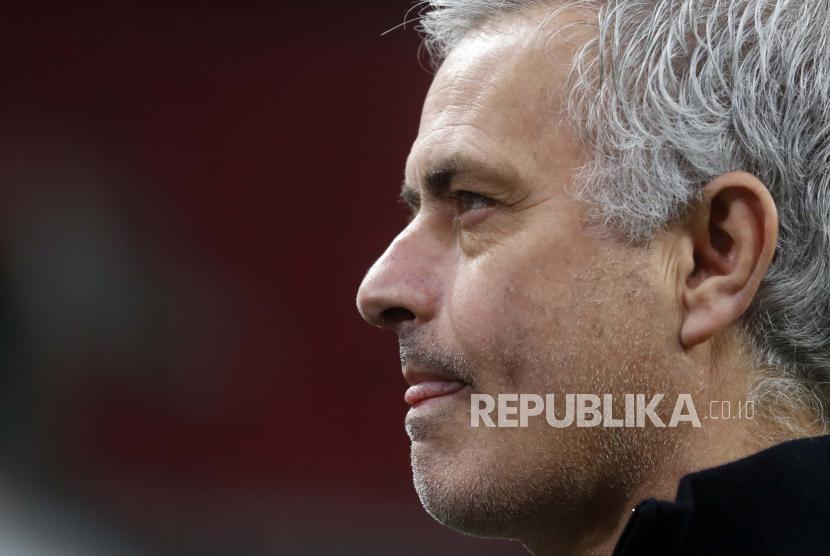 Manajer Tottenham Jose Mourinho berjalan di lapangan sebelum babak 32 besar Liga Europa, leg pertama, pertandingan sepak bola antara Wolfsberger AC dan Tottenham Hotspur di stadion Puskas Arena di Budapest, Hongaria, Kamis, 18 Februari 2021.