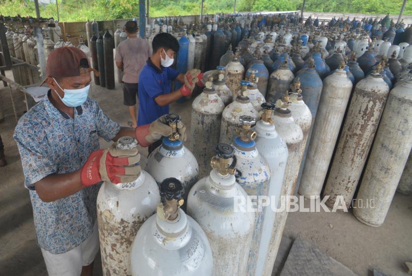 Pekerja memindahkan tabung oksigen yang sudah diisi di tempat suplai oksigen PT Asiana Gasindo, Padang, Sumatera Barat, Ahad (11/7/2021). Salah satu tempat penyuplai oksigen di Sumbar itu menyatakan stok masih mencukupi, namun permintaan oksigen dari sejumlah rumah sakit di provinsi tersebut meningkat hingga 200 persen selama dua bulan terakhir.