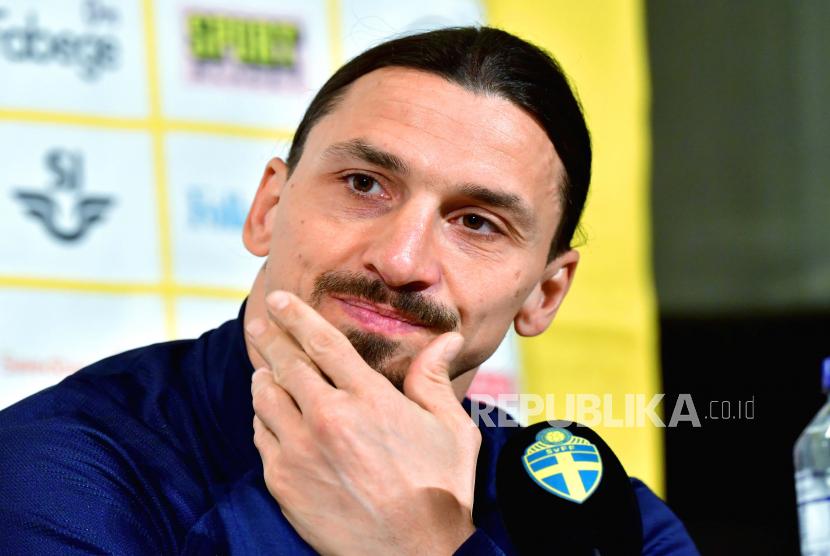 Reaksi Zlatan Ibrahimovic dari Swedia saat konferensi pers di Stockholm, Swedia, 22 Maret 2021.