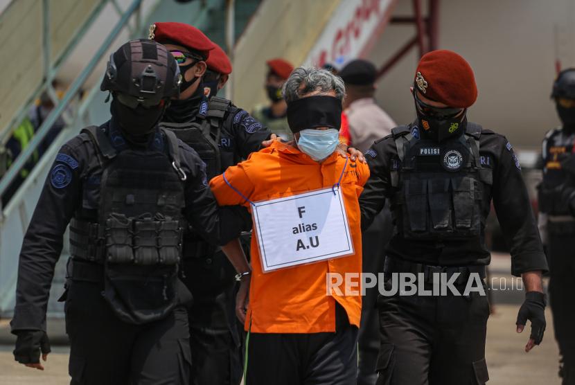 Personel Densus 88 Antiteror Polri membawa terduga teroris (ilustrasi).
