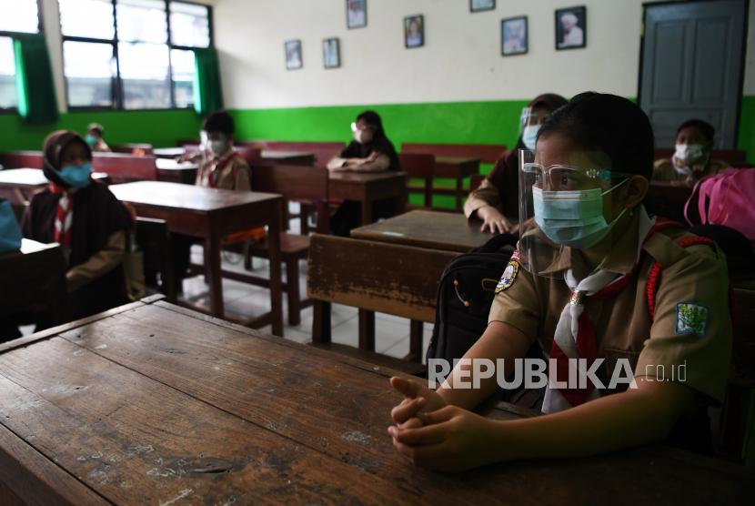 Sejumlah murid mengikuti uji coba pembelajaran tatap muka (PTM) tahap 2.