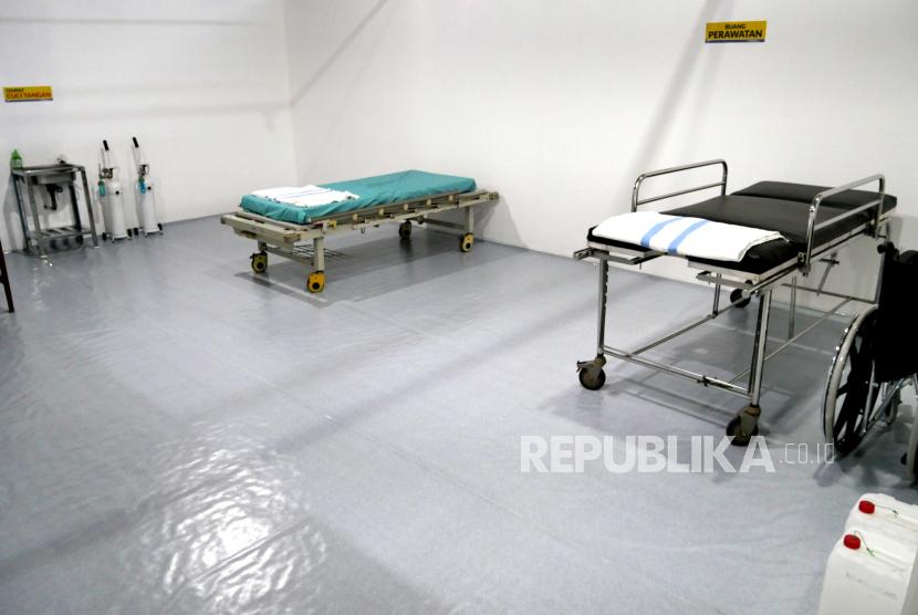 Tempat tidur pasien di rumah sakit mini di Shelter Gose Covid-19, Bantul, Yogyakarta, Kamis (18/2). RSU PKU Muhammadiyah menyulap lapangan futsal menjadi shelter pasien Covid-19 OTG. Shelter darurat ini memiliki 32 bilik untuk 16 pasien laki-laki serta 16 pasien perempuan. Selain itu, di sini juga dilengkapi rumah sakit mini serta dokter dan empat perawat yang berjaga.