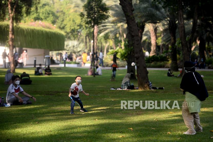 Pengunjung berada di kawasan Lapangan Banteng, Jakarta, Ahad (24/10).Lapangan Banteng kembali dibuka untuk umum pada PPKM Level 2 dengan mewajibkan para pengunjung untuk check-in dan check-out melalui aplikasi Peduli Lindungi serta pembatasan kuota sebanyak 300 pengunjung.