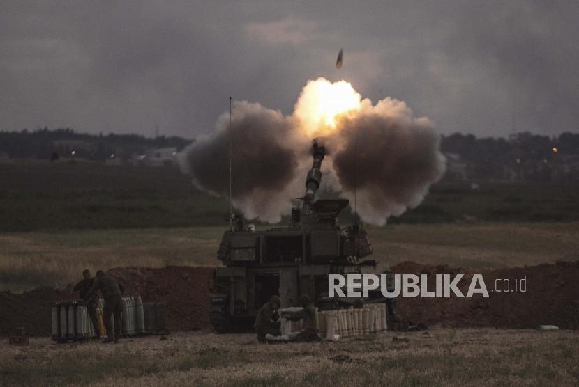Satu unit artileri Israel menembak ke arah sasaran di Jalur Gaza, di perbatasan Gaza Israel, Senin, 17 Mei 2021.