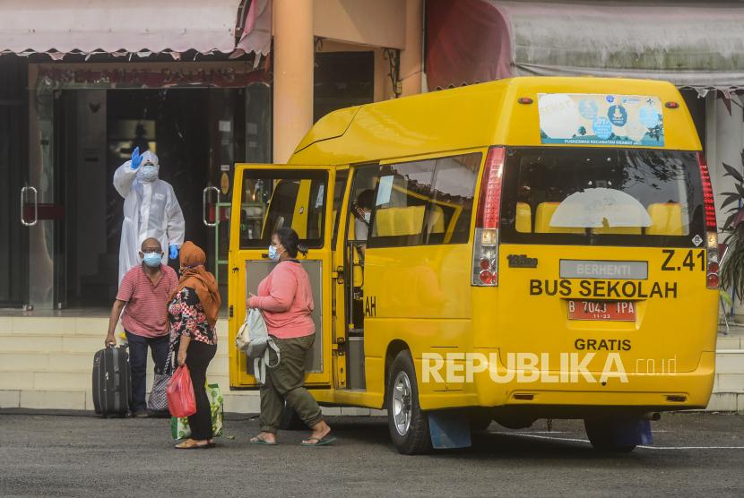 Pasien Covid-19 tanpa gejala turun dari bus sekolah setibanya di Graha Wisata Ragunan, Jakarta, Senin (14/6). DKI Jakarta menjadi salah satu daerah yang mengalami peningkatan kasus Covid-19 paling besar dalam sepuluh hari terakhir dengan peningkatan sebesar 302 persen. Republika/Putra M. Akbar